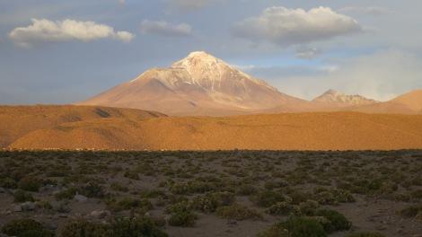 Volcán Isluga, visto desde el camino a Puchuldiza